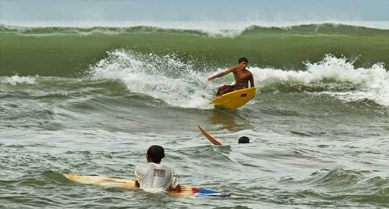 Surfing-Pantai-Pasir-Jambak