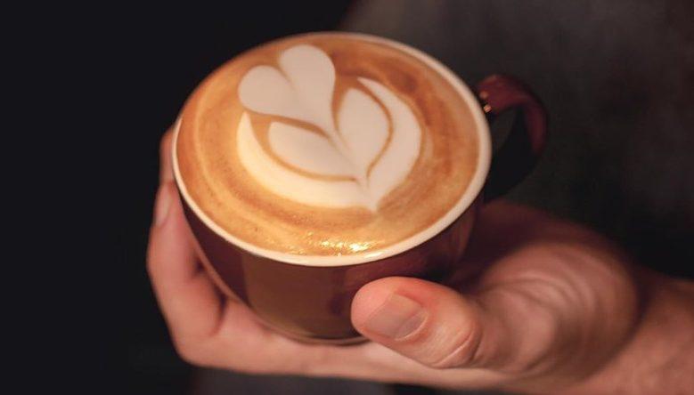 Menikmati Cappucino di Cafe