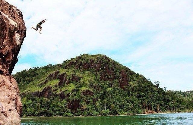 cliff jumping di pulau mandeh